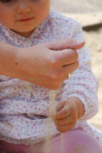 Baby im Sandkasten